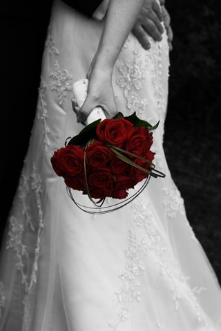 S_bride-and-red-roses